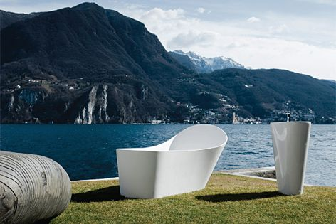 The Palomba collection includes a bathtub, eight washbasins and a series of accessories.