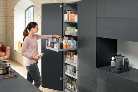 The LEGRABOX free system with a glass design element, in Blum's practical SPACE TOWER pantry.