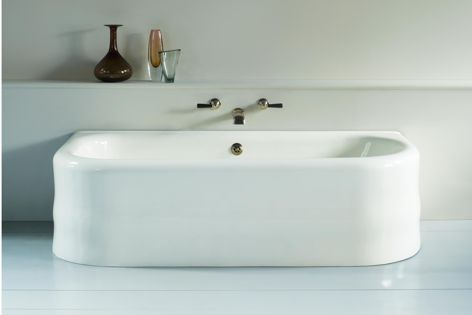 The Soho bath by The Water Monopoly features smooth, rounded and sensual curves.